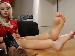 सुंदर सुनहरे बालों वाली सेक्सी पैर और पैरों