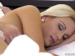 séduisante blonde cecilia scott obtient son manchon léchée et baisée