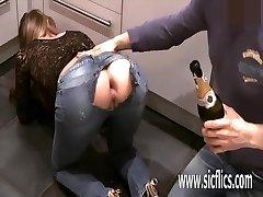 Nežēlīgi fisting viņa draudzenes gaping ass