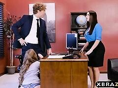 İki patron ile ofis üçlü ve seksi bir çalışanın