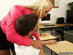 Curvy bronzlaşmış öğretmen Yaman Jenson seks için yaramaz öğrenci onu baştan