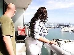 Lusty Latina Sofia Rose Baise sur Miami Balcon