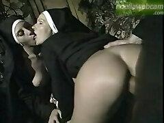Enculando a las monjitas