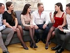trois paires de échangistes donné chaque autre une fête avec groupsex