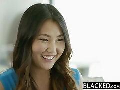 En black Tight Asian Babe Jade Luv Cris sur l'Énorme Bite Noire