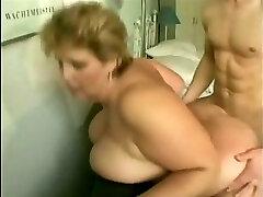 mamie aux gros seins baise adolescent mec