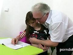 Peluche écolière est taquiné et fait enculer par son professeur principal