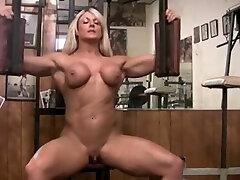 Musculosa pelada com clit grande