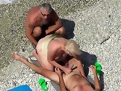 Treibe es am Strand mit 3 fremden Kerlen