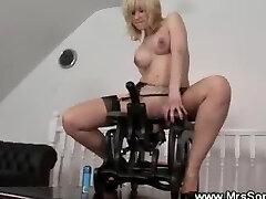 Καυλωμένη ώριμες βόλτες στην καρέκλα του σεξ