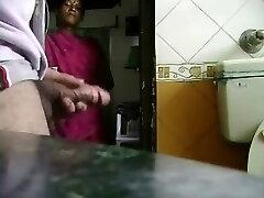 Μου νεαρή υπηρέτρια με έπιασε μαλακία τον πούτσο μου. Της αρέσει