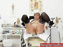 Cougar αυνανισμός με ένα ιατρικό όργανο με στολές