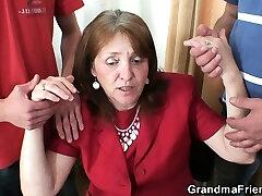 Γαμημένο busty γιαγιά σε κάλτσες και από τις δύο πλευρές