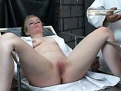 Υποτακτική ξανθιά παίρνει την κλειτορίδα της αντλείται από kinky master