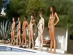 Επτά γυμνά κορίτσια σαν στρατός