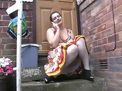 Ηδονοβλεψίας 1 - Chubby κορίτσι κάθεται υπαίθρια (MrNo)