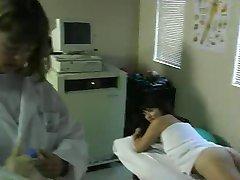 Η θεία Γκουέν χτυπάει τα δάχτυλα και Κάρα στο ιατρείο, 2