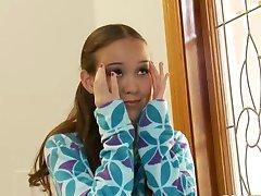 Ομορφιά μικρό έφηβος Amai Lui δύο τεράστια καυλιά