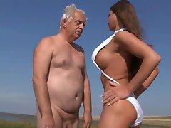 Μεγάλο στήθος έφηβος γαμάει oldman στην παραλία
