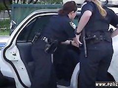 Αστυνομικός strapon τύπος που έκανε ο ύποπτος γδύνομαι