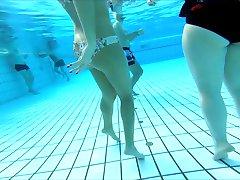 μερικά κορίτσια στην πισίνα