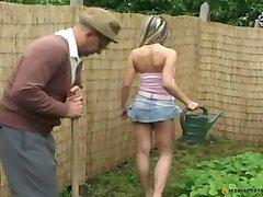 Το γαμήσι..Α.Πράσινη.Κήπο.Γκαζόν