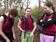 Rafting τα κορίτσια του σεξ στην rapids