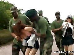 Προμηθευτής σκλάβα του σεξ παίρνει fucked σε στρατιωτική ομαδικό σεξ