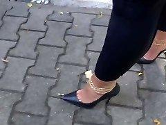 Το περπάτημα με ψηλοτάκουνα γεμάτο cum
