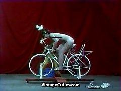 Όμορφο Κορίτσι Ιππασίας ένα Σεξ-ποδήλατο