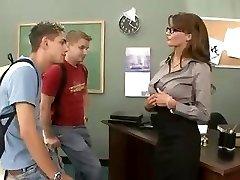 Busty bruneta učitel šuká a saje její dvě studentky v trojce