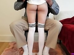 mladá školačka se učí doma