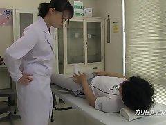 l'infirmière de l'école en donnant un grand coup de main pipe