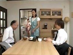 जापानी माँ परवाह करता है के लिए बिस्तर समय से पहले