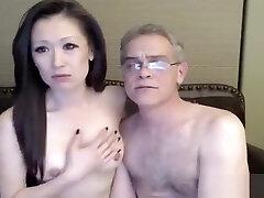 Calda cougar asiatica masturbata dall'amante in cam
