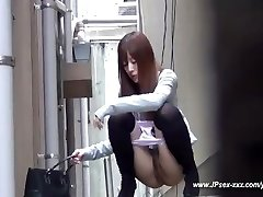 chinese gals go to the toilet.18