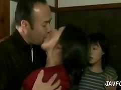 o tipo afoga-se em beijos de mulher e enteada