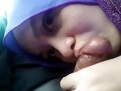 Oral Hijab Girlfriend In The Car