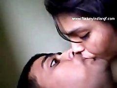 Famous desi damsel Jyoti lip kiss her bf ashu in agra hotel - FUCKMYINDIANGF.com