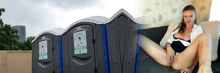 Зрелая брюнетка пописать в общественный туалет