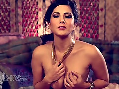 Gorgeous hidden cams massage wife xxxjapa you jiz Sunny Leone examines her pussy with playful fingers