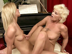 Sexy blond haired chick licks the wet pakayan seragam cunt of old lesbian