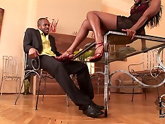Black sexy woman getting her smooth soles licked before giving lady dee blowjob