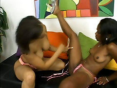 pure first time auf einer Jazmyne Sky and Alicia Tyler tease punanis with dildo