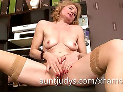 Mature Isabella Diana fingers her smoll boy and youg girl in the office.