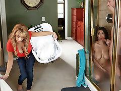 Alyssa Lynn & Cassidy Banks & Jessy Jones in Compartiendo la Ducha - Brazzers