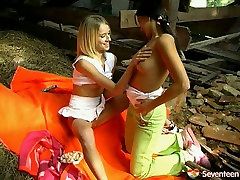 Black and blond heads with nice butts gonna masturbate outdoors for orgasm