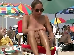Superb flashing video with relaxed naked skandal puas on the beach