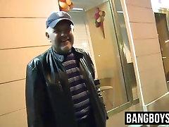 Big daddy pays a tante nafsu birahi to suck his dick