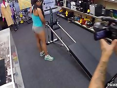 Muscular Babe Sucks and Fucks for Money - xxx on bech Pawn